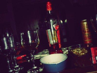 Boire à s'en défaire le foie, fumer à ce brûler les poumons, baiser à ce faire exploser le coeur.  †