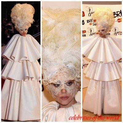16 février 2010 || Lady Gaga de plus en plus originale; cette fois-ci dans une robe blanche à trois niveaux sur le tapis rouge aux Brit Awards à Londres