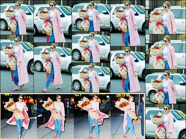 - 21/04/17 -Gigi Hadid a été aperçue tandis qu'elle portait un bouquet de roses dans les rues de New York. Elle a également été photographiée un peu plus tard, ce même bouquet à la main à l'occasion de ses vingt-deux ans, happy bitrhday. -