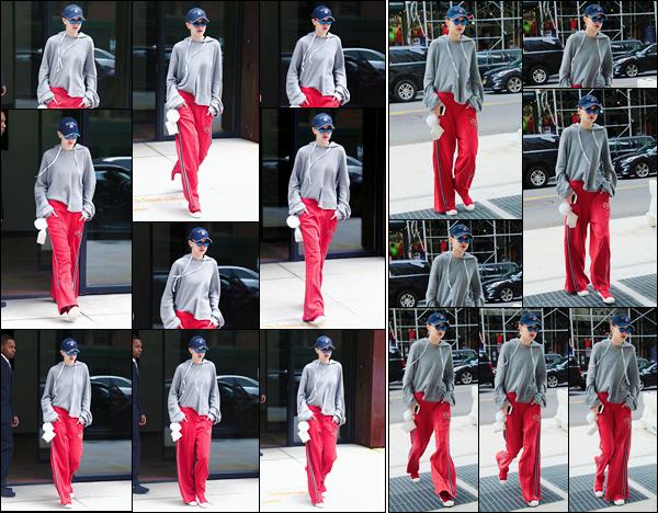 - 19/04/17 -Jelena Hadid a été vue alors qu'elle sortait tout juste de son appartement dans New-York City. C'est dans une tenue décontractée que nous retrouvons Gigi. Elle a ensuite été photographiée dans les rues de New-York. C'est un flop! -