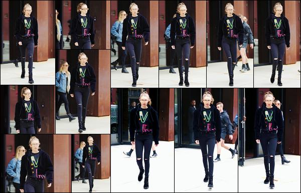 - 24/04/17 -Gigi a été photographiée alors qu'elle sortait de son appartement qui est situé dans New York. C'est dans une tenue assez sombre en dehors des motifs de son t-shirt ! Je lui accorde d'ailleurs un bon petit top, sauf pour ses lunettes. -