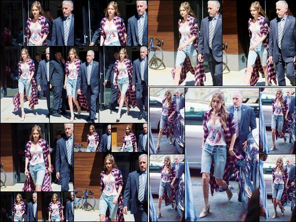 - 11/04/17 -Gigi Hadid a été photographiée alors qu'elle sortait tout juste de son appartement à New-York. Peu après, Gigi a été aperçue alors qu'elle arrivait aux bureau de « Tommy Hilfiger » qui se trouvent dans New-York. Un énorme top ! -