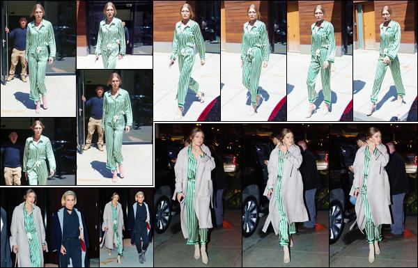 - 13/04/17 -Gigi a été vue alors qu'elle sortait de son appartement pour aller se promener dans New-York. Le soir même, Gigi Hadid a été photographiée alors qu'elle sortait du restaurant « Estiatorio Milos » dans New-York avec sa mère, flop ! -