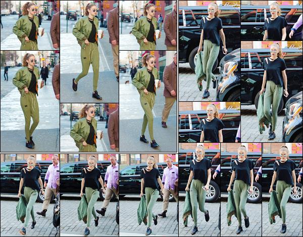 - 10/04/17 -Gigi a été photographiée alors qu'elle sortait du magasin « Blick Art Material » situé à New York. Plus tard dans la journée, notre mannequin a été photographiée alors qu'elle revenait à son appartement ! J'accorde un top à sa tenue ! -