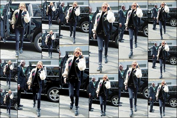 - '-11/05/17-' ◊Gigi Hadid a été photographiée alors qu'elle sortait de son appartement situé dans Manhattan. Plus tard, Gigi a été aperçue alors qu'elle arrivait devant les studios de « Tommy Hilfiger » situés à New-York. Je lui accorde un bon top ! -