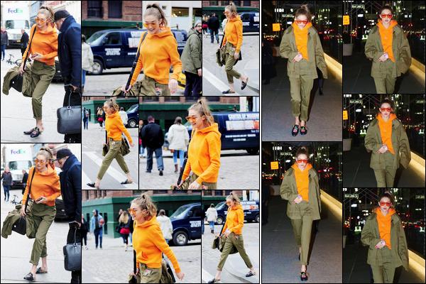 - 30/03/17 -Gigi Hadid a été aperçue alors qu'elle se baladait dans les rues de New-York City, juste superbe. Le soir, toujours dans cette tenue pour laquelle je donne un top, Gigi a été photographiée avec sa mère sortant d'un restaurant japonais. -