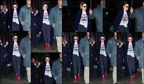 - 31/03/17 -Gigi Hadid a été photographiée alors qu'elle se trouvait dans les célèbres rues de New-York City. C'est ainsi la nuit tombée que nous retrouvons Gigi, à qui j'accorde un énorme flop, que ce soit pour ses lunettes ou sa tenue ! Ton avis ? -