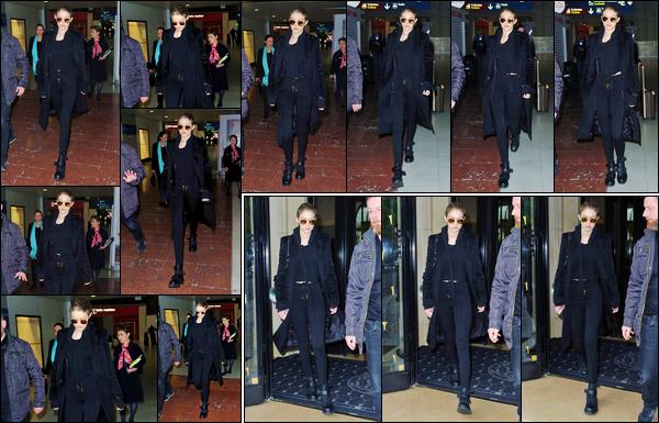- 04/04/17 -Gigi Hadid a été photographiée alors qu'elle arrivait à l'aéroport « Charles de Gaulle », à Paris. C'est ainsi sur le sol Français que nous retrouvons Gigi H. Elle a été un peu plus tard photographiée sortant de son hôtel « George V ». -