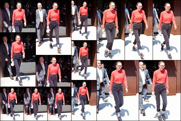- '-31/05/17-' ◊Gigi Hadid a été aperçue alors qu'elle venait de sortir de son appartement à Manhattan, N-Y. C'est comme toujours que nous retrouvons Gigi a la sortie de son appartement. Je lui accorde aujourd'hui un petit bof pour sa tenue ! -