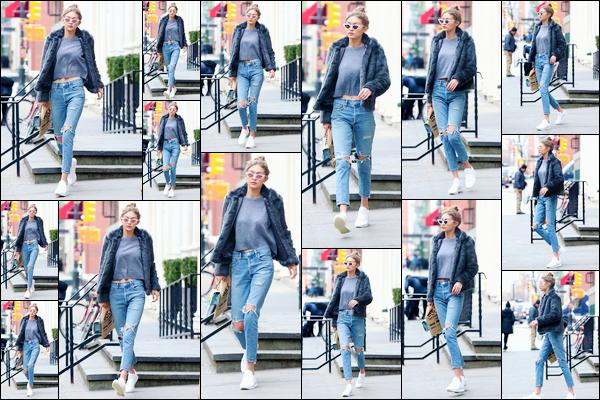 - '-03/02/17-' ◊Gigi Hadid a été photographiée quittant le magasin «Blick Art Materials » situé à Manhattan. Plus tôt dans la journée, notre belle mannequin a été photographiée alors qu'elle venait de quitter son appartement, aussi à Manhattan. -