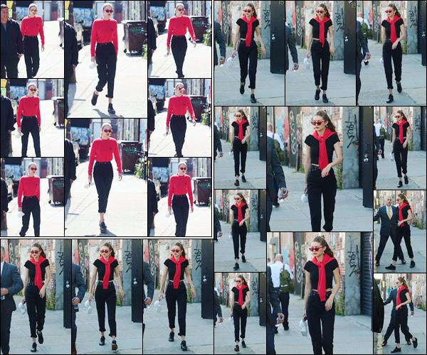 - '-31/05/17-' ◊Gigi Hadid a été photographiée alors qu'elle arrivait puis quittait un studio photo à New-York. C'est alors de nouveau dans New-York que nous retrouvons notre mannequin à l'arrivée et à la sortie d'un studio photo ! C'est un bof ! -