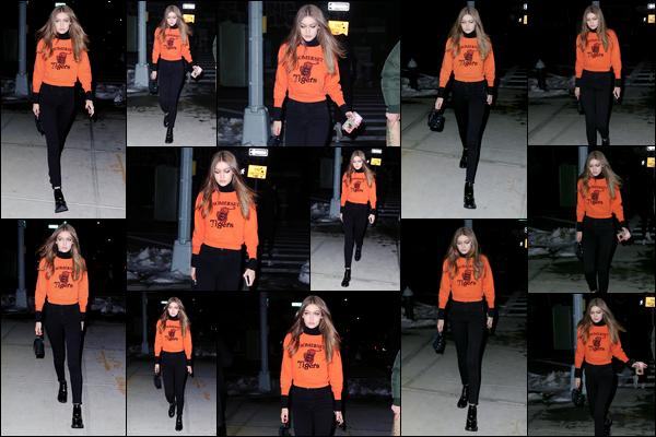 - 17/03/17 -Gigi Hadid a été photographiée alors qu'elle se promenait dans les célèbres rues de New-York. Plus tôt Gigi a également été photographiée alors qu'elle sortait de son appartement pour justement arriver dans les rues de New-York. -