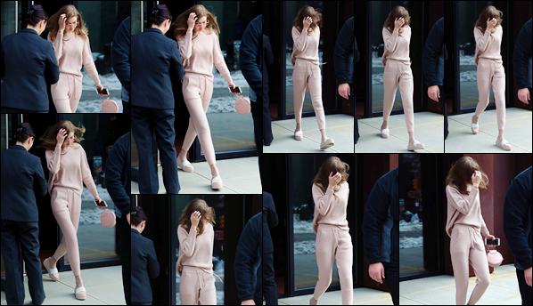 - 18/03/17 -Jelena Hadid a été prise en photos alors qu'elle sortait tout juste de son appart' dans New York. C'est les cheveux dans le vent que nous retrouvons notre Gigi Hadid alors qu'elle sortait de son appartement. Je donne un bof à sa tenue. -