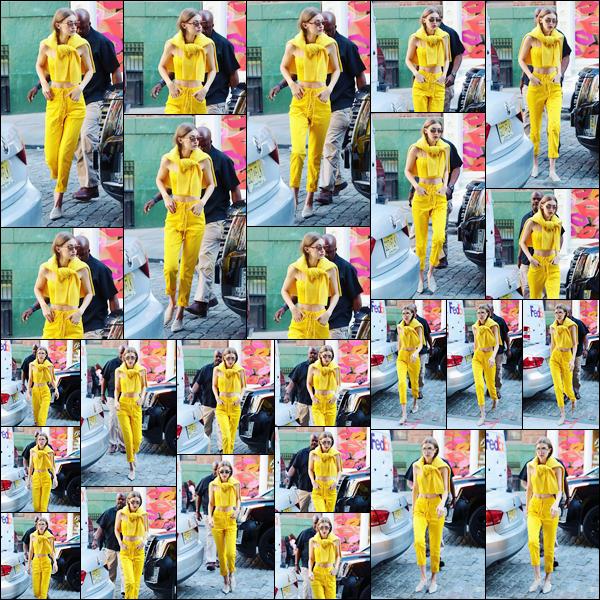 - '-02/06/17-' ◊Gigi Hadid a été photographiée alors qu'elle venait d'arriver à son appartement à Manhattan. C'est dans un look complètement jaune que nous retrouvons notre jeune mannequin à qui j'accorde par ailleurs un grand et beau top ! -