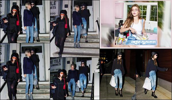 - '-06/06/17-' ◊Gigi Hadid a été vue avec sa mère et sa s½urquittant le restaurant « Noble » dans New York. C'est ainsi après un repas familial que nous retrouvons nos trois Hadid à la sortie du restaurant. On ne voit que peu la tenue de miss Gigi. -