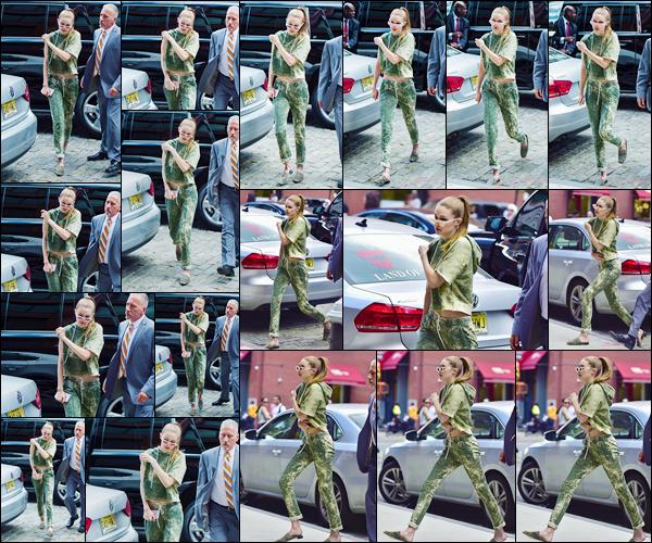 - '-09/06/17-' ◊Gigi Hadid a été photographiée alors qu'elle venait d'arriver à son appartement, à Manhattan. C'est avec ses lunettes de soleil sur le nez que nous retrouvons Gigi prête à rentrer chez elle. J'accorde un grand top à sa tenue, j'adore. -