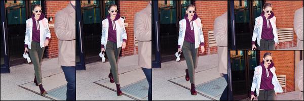 - 29/03/17 -Gigi Noura Hadid a été photographiée alors qu'elle sortait des studios de « Milk », à New-York. J'accorde un énorme top pour la makeup de notre mannequin ! Je suis y compris fan de son sweat bien que je ne sois pas fan du bas ! -