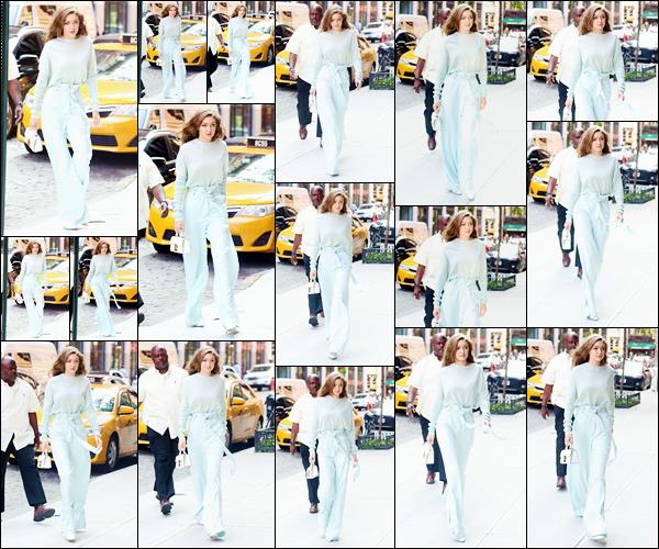 - '-15/06/17-' ◊Gigi Hadid a été photographiée alors qu'elle venait de revenir à son appartement, Manhattan. C'est après avoir réalisé un photoshoot pour Tommy Hilfiger que notre mannequin a été aperçue rentrant à son appartement. Un top ! -
