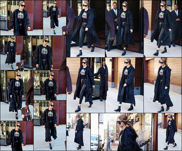 - 20/03/17 -Gigi Hadid a été aperçue alors qu'elle quittait tout juste de son appartement, dans New York. C'est ainsi dans une tenue assez décontractée que nous retrouvons Gigi sortant de son appartement. J'accorde un petit top à sa tenue. -