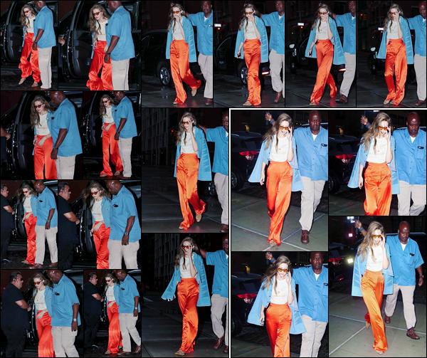 - '-19/06/17-' ◊Gigi Hadid a été photographiée alors qu'elle se trouvait dans les célèbres rues de New-York. Un peu plus tard, dans la soirée, Gigi a été vue, cheveux lâchés, alors qu'elle venait de rentrer à son appartement situé à Manhattan. -