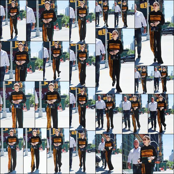 - '-20/06/17-' ◊Gigi Hadid a été prise en photo alors qu'elle se trouvait être dans les rues de New-York City. C'est tout sourire que nous retrouvons Gigi dans les rues de New-York. J'accorde un beau flop à sa tenue bien que j'adore le orange! -