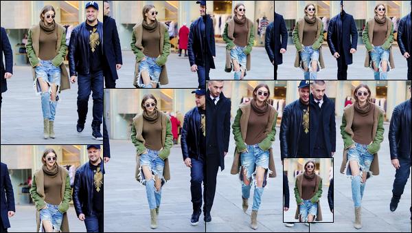 - '-21/02/17-' ◊Gigi Noura Hadid a été photographiée alors qu'elle se trouvait dans les célèbres rues de Milan. C'est alors un très énorme top que j'accorde à notre mannequin pour son look. J'aime énormément le jean qu'elle portait ! ◊Ton avis ? -