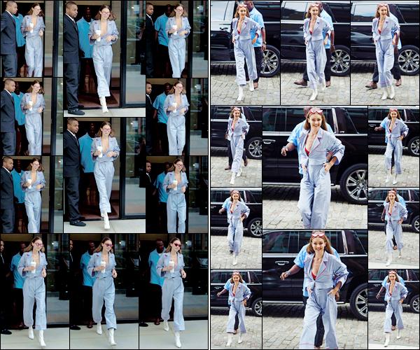- '-23/06/17-' ◊Gigi Hadid a été aperçue alors qu'elle sortait tout juste de son appartement, dans Manhattan. Gigi a un peu plus tard, été photographiée lorsqu'elle rentrait à son appartement. Un beau petit top même si je n'aime pas ses lunettes ! -