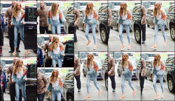 - '-17/01/17-' ◊Notre belle Gigi a été photographiée alors qu'elle arrivait à un studio photos dans New-York. C'est ainsi pour réaliser un photoshoot que notre mannequin s'est déplacée dans New York. Je lui accorde pour le coup un petit top. -