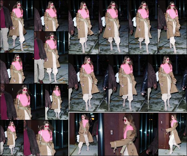- '-10/02/17-' ◊Gigi Hadid a été photographiée alors qu'elle venait tout juste de quitter son appartement, NY. C'est par la suite dans New-York puis ensuite en revenant à son appartement que notre mannequin a été photographiée ! Un petit top ! -