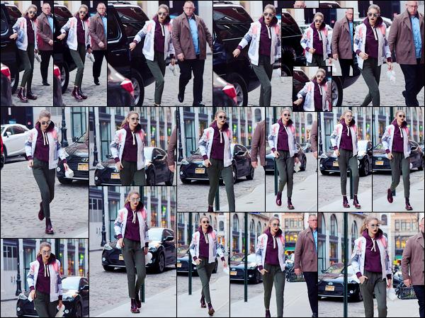 - 29/03/17 -Gigi Hadid a été aperçue alors qu'elle revenait tout juste à son appartement situé à New-York. C'est ainsi, pour la deuxième fois de la journée que nous retrouvons Gigi qui sortait tout juste de sa voiture pour rejoindre son appart' ! -