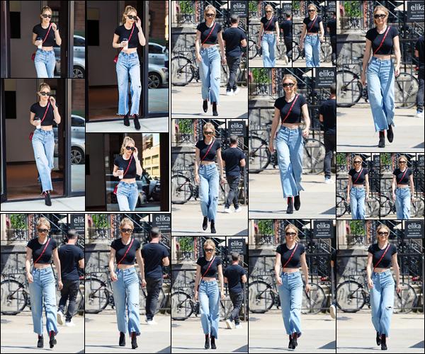 - '-27/06/17-' ◊Gigi Hadid a été photographiée alors qu'elle sortait de son appartement, situé à Manhattan. Plus tard, notre belle mannequin a été vue alors qu'elle se promenait dans les célèbres rues de New-York. Look assez simple, top ! -
