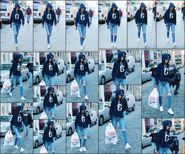 - '-25/01/17-' ◊Gigi Hadid a été photographiée alors qu'elle sortait d'un magasin qui était situé à New-York. C'est assez cachée sous son sweat que nous retrouvons notre ravissante mannequin. Je lui accorde donc pour le coup un petit flop ! -