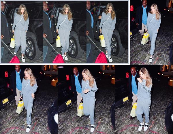 - '-26/01/17-' ◊Gigi Hadid a été photographiée alors qu'elle venait de rentrer à son appartement à Manhattan. C'est ainsi dans la nuit tombée que nous retrouvons notre mannequin dans une tenue des plus décontractée. Je lui accorde un petit bof. -