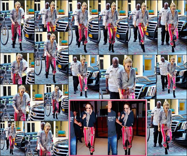 """- """"─-30/07/17-•"""": Gigi Hadid photographiée lors de son arrivée à son appartement étant situé dans Manhattan. Plus tard, dans la soirée, notre mannequin a été aperçue alors qu'elle quittait son appartement. Journée active pour miss Hadid, un bof ! -"""