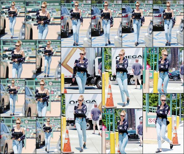 """- """"─-12/07/17-•"""": Gigi Hadid a été aperçue alors qu'elle arrivait à l'intérieur d'un salon situé dans Los Angeles. C'est encore une fois accompagnée des soeurs ainsi que de la mère de Zayn que Gigi a été photographiée dans Los Angeles. Un bon top. -"""