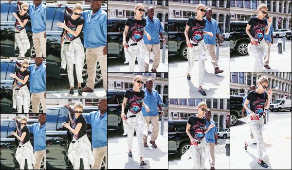 """- """"─-17/07/17-•"""": Gigi Hadid a été prise en photo alors qu'elle s'apprêtait à rentrer dans son appartement à NY. C'est après une journée de boulot que notre mannequin a été aperçue rentrant à son appartement situé à Manhattan ! Toujours un flop ! -"""