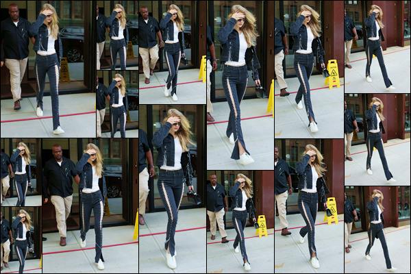 """- """"─-20/07/17-•"""": Gigi Hadid a été aperçue alors qu'elle venait tout juste de sortir de son appart', à Manhattan. C'est un peu cachée que nous retrouvons notre belle mannequin à la sortie de son appartement. Je lui accorde un petit top pour son look. -"""