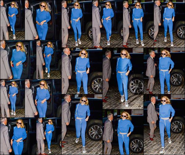 """- """"─-19/07/17-•"""": Gigi Hadid a été photographiée alors qu'elle venait d'arriver à son appartement à Manhattan. C'est entièrement vêtue de bleu que nous retrouvons notre Gigi qui porte cette même couleur sur les lèvres ! Je lui accorde ainsi un top ! -"""