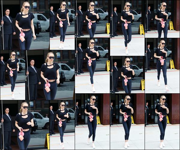 """- """"─-25/07/17-•"""": Gigi Hadid a été vue alors qu'elle venait tout juste de quitter son appart', situé à Manhattan. Troisième sortie du jour pour notre belle mannequin qui a été vue alors qu'elle sortait ainsi à nouveau de son appartement. Un beau top. -"""