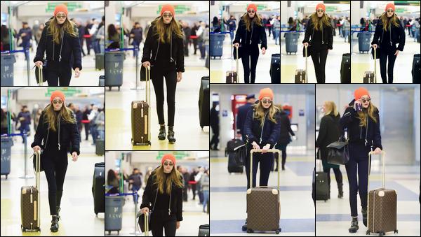- '-13/01/17-' ◊Gigi Hadid a été photographiée alors qu'elle venait d'arriver à l'aéroport « JFK » dans New-York. C'est avec son bonnet sur la tête que nous retrouvons Gi' dans l'aéroport. Je lui accorde pour le coup un petit bof, on ne voit presque rien. -