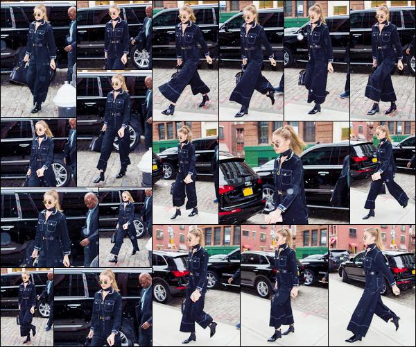 - '-14/01/17-' ◊Gigi Hadid a été photographiée alors qu'elle venait de rentrer à son appartement, à Manhattan. C'est dans une tenue assez particulière, visiblement en jean, que notre mannequin a été aperçue Je lui accorde pour le coup un bon bof ! -