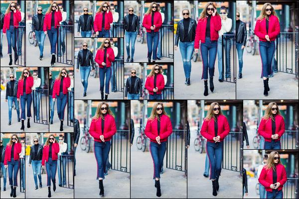 - '-29/01/17-' ◊Gigi Hadid a été photographiée alors qu'elle se promenait dans les célèbres rues de New York. C'est ainsi en compagnie de sa soeur Bella et de sa mère Yolanda que nous retrouvons notre mannequin dans New-York. Un petit bof. -