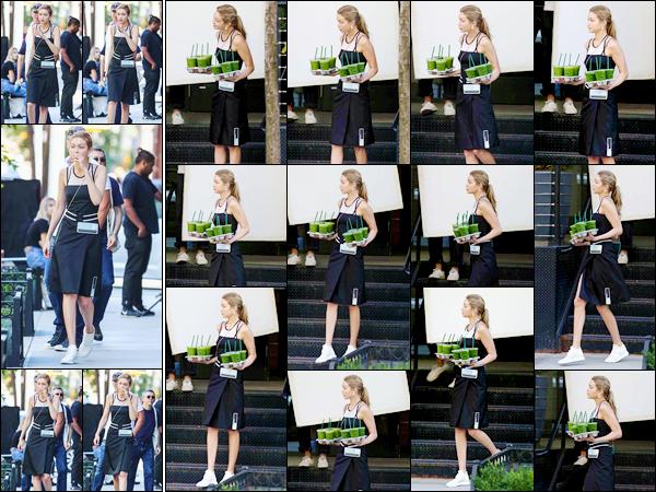 """- """"─-30/07/17-•"""": Gigi Hadid a été aperçue alors qu'elle se trouvait être le set d'un photoshoot ayant lieu à NY. C'est ainsi pour le deuxième jour consécutif que nous retrouvons notre mannequin sur le set d'un photoshoot. Je lui donne un petit top ! -"""