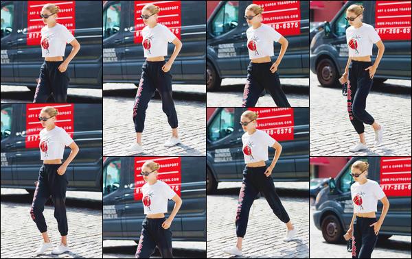 """- """"─-28/08/17-•"""": Gigi Hadid a été photographiée arrivant tout juste à son appartement, situé dans Manhattan. C'est dans une tenue décontractée que nous retrouvons Jelena de sortie après presque un mois de silence, elle a profité de ses vacances. -"""
