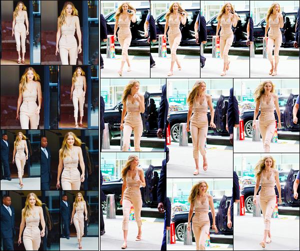 """- """"─-28/08/17-•"""": Gigi Hadid a été vue arrivant aux bureaux officiels de« Victoria's Secret », situés à New-York. Plus tôt, souriante, G. a été vue quittant son appartement. Miss Hadid défilera cette année encore pour le Victoria's Secret Fashion Show. -"""