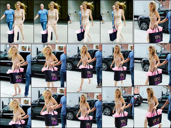 """- """"─-28/08/17-•"""": Gigi Hadid a été photographiée quittant les bureaux officiels« Victoria's Secret »,à New-York. C'est donc après les essayages ayant lieu dans les bureaux de VS que nous retrouvons Jelena, vue plus tard rentrant à son appartement. -"""