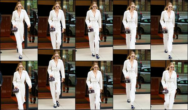 """- """"─-06/09/17-•"""": Gigi Hadid a été vue alors qu'elle venait tout juste de quitter son appartement à Manhattan. C'est dans une superbe combinaison blanche que nous retrouvons notre belle Jelena qui quittait ainsi son appartement. Un énorme top ! -"""