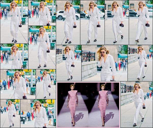"""- """"─-06/09/17-•"""": Gigi Hadid a été photographiée arrivant au défilé pour Tom Ford ayant lieu à New-York City. C'est ainsi pour défiler que notre mannequin s'est rendue au Frashion Show : Tom Ford. Toujours superbe dans sa combinaison, un top ! -"""