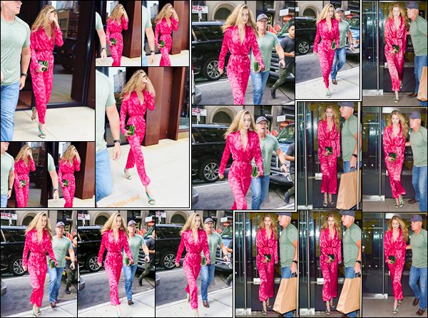 """- """"─-07/09/17-•"""": Gigi Hadid a été aperçue alors qu'elle venait de quitter son appartement situé à Manhattan. Un peu plus tard, notre mannequin a été vue arrivant puis quittant les bureaux de « Anna Sui » où avait lieu son essayage, énorme top. -"""
