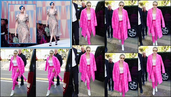 """- """"─-21/09/17-•"""": Gigi Hadid a été photographiée alors qu'elle arrivait au défilé de« Fendi », ayant lieu à Milan. C'est dans une tenue toute en rose que nous retrouvons notre superbe Gigi Hadid à qui j'accorde pour le coup un petit bof, pas très fan. -"""